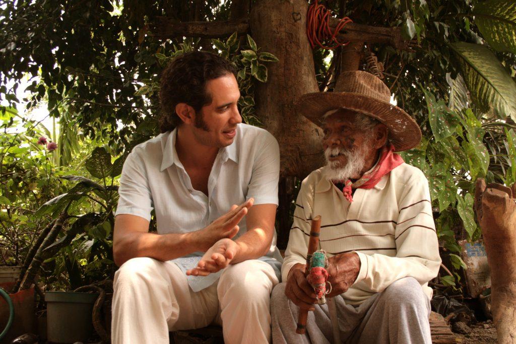 El director de cine mexicano Francesco Taboada con el veterano zapatistas Feliciano Mejía.